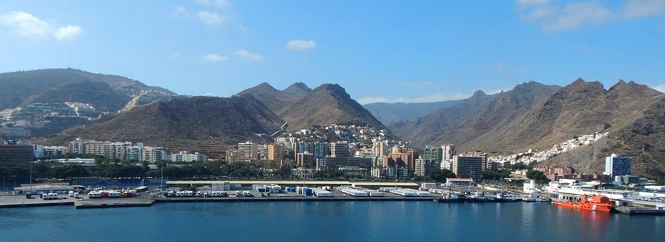 Tenerife látnivalók és nevezetességek Tenerife az egyik legnépszerűbb utazási célpont, számos tényező mellett talán a legfontosabb ok a kellemes időjárása, amelyet egész év során lehet élvezni. A hőmérséklet folyamatosan 22-28 Celsius fok körül van, és a természeti adottságai, és klímája miatt télen-nyáron lehetőség van strandolásra, kirándulásra vagy akár búvárkodásra. A strandolást kedvelők általában a sziget déli partjait részesítik előnyben, ahol aranyszínű homokos strandok mellett fekete vulkanikus homokkal borított partszakaszokat találhatnak.