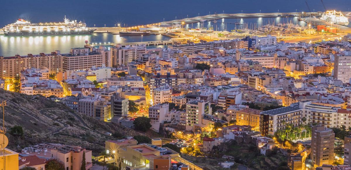 Santa Cruz de Tenerife Santa Cruz Tenerife fővárosa és egyben Spanyolország legnagyobb kikötővárosa. A sziget északkeleti részén található forgalmas kereskedelmi és kikötőváros, és egyben legnagyobb közigazgatási központ. 1842-től szabad kikötő lett, ezért a termékek kedvező áron vámmentesen vásárolhatóak meg a település üzleteiben. A fővárosból indulnak, és érkeznek a kompok, amelyek Spanyolország szárazföldi települései között (Cádiz, Huelva), és a szigetekről (Gran Canaria, La Palma, La Gomera, Fuerteventura, és El Hierro) szállítják az utasokat.