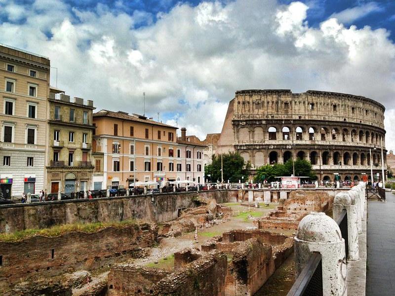 """Ludus Magnus A Ludus Magnus, vagyis a """"a nagy gladiátor kiképző iskola"""" volt a legnagyobb gladiátorkiképző iskola Rómában, Olaszországban. Domitian uralkodó építette(81-96) az Esquiline és a Caelian dombok között. Még ma is látható a régi gladiátor iskola romjainak egy része."""