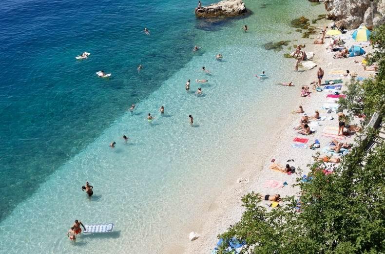 Rijeka strandjai Rijeka elhelyezkedése miatt a partjai a keleti és a nyugati végén találhatóaka városnak. Minden strand elérhető busszal és majdnem minden partszakasz előtt találhatsz parkolóhelyeket.