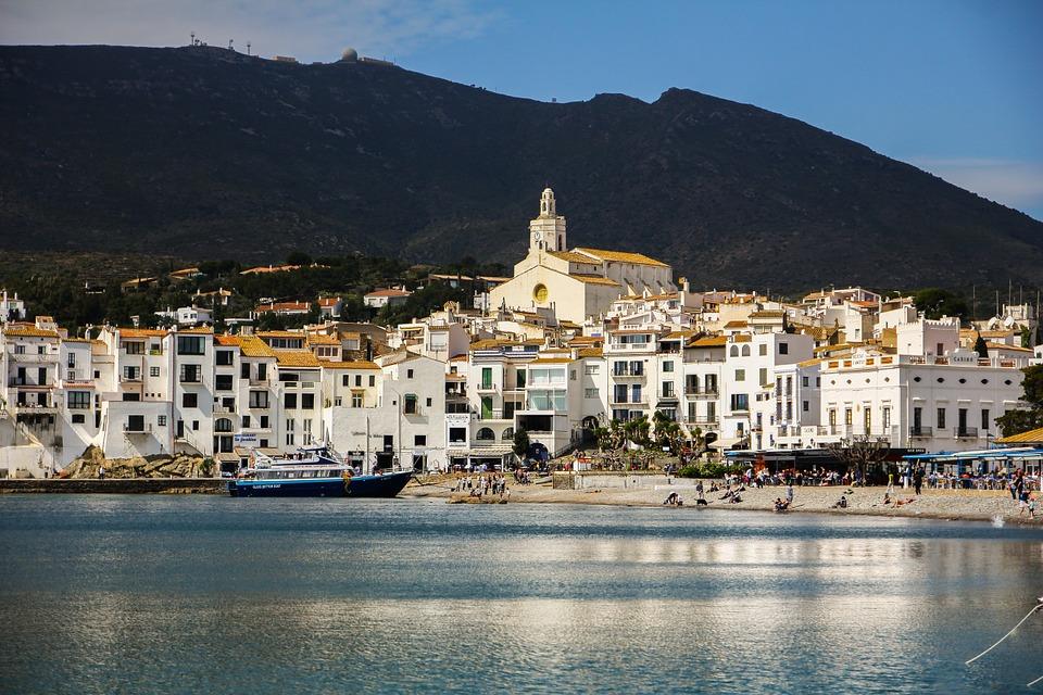 Spanyolország legszebb strandjai Spanyolországban van a legtöbb, közel hatszáz kékzászlós strand, ez a kitüntetést az a strand nyerheti el, ahol a vízminőség, a környezet, a tisztaság, a szórakozási lehetőségek kiemelkedően jók.