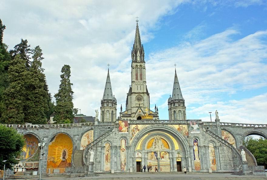 Lourdes Lourdes, ez a Pireneusok lábánál fekvő francia kisváros a világ legnagyobb Mária-búcsújáró helye. Különös történet kapcsolódik a korábban kastély-erődítményeiről híres városkához: egy kislánynak megjelent Szűz Mária. A 15 000 lélekszámú városkát évről évre emberek milliói keresik fel az örök reménység jegyében, s Lourdes ma már felkészülten várja a sok látogatót.